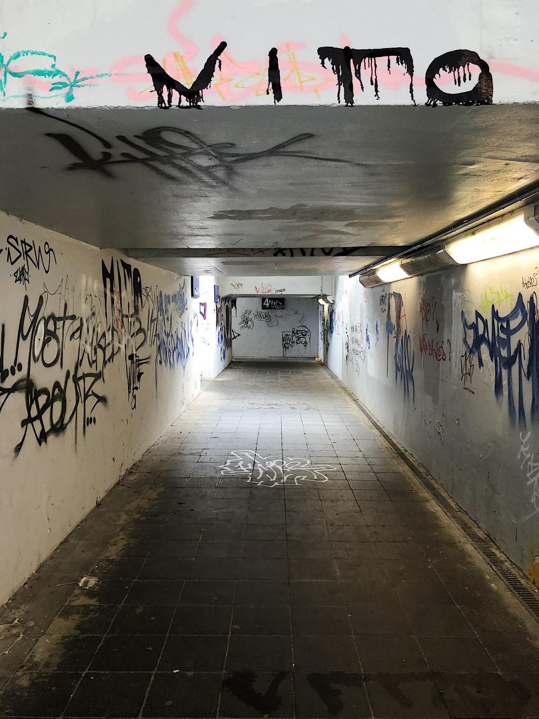 Unterführung zu den Gleisen am Bahnhof Calau, Graffitis sind zu sehen