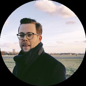 Das Bild zeigt den Dichter und Autor Carl Ensom auf dem Tempelhofer Flugfeld in Berlin.