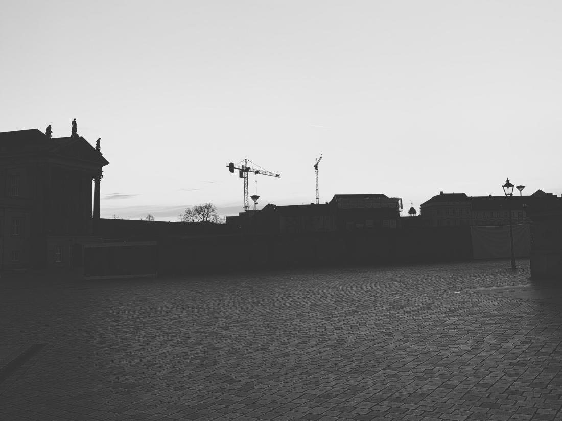 Schwarz-weiß Bild, Silhouette der Gebäude um den Alten Markt, Teil des Stadtschlosses und große Baukräne am Horizont