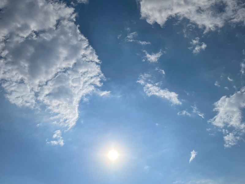 Himmel mit Wolken, die die Sonne einrahmen